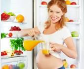 Výživa a strava v těhotenství. Těhotná žena s pomerančem