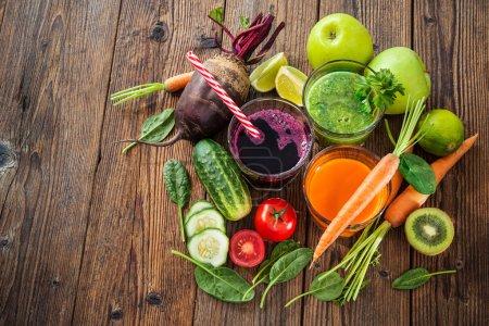 verschiedene Obst- und Gemüsesäfte