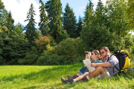 Photo pour Bon couple faisant une randonnée ensemble dans une forêt - image libre de droit