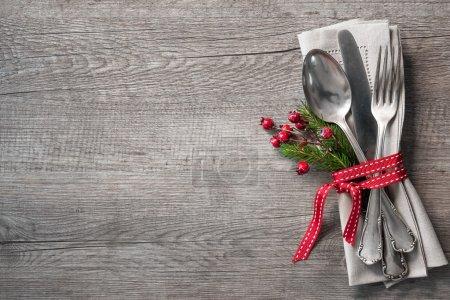 Foto de Navidad ajuste de lugar de mesa con ramas de pino de Navidad, cinta y arco. Fondo de vacaciones de Navidad - Imagen libre de derechos