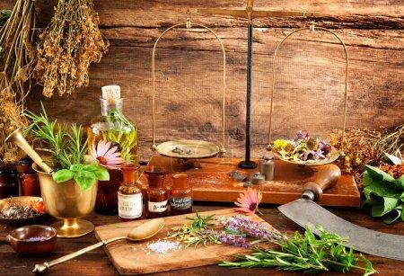 Photo pour La médecine naturelle, à base de plantes, flacons et échelle sur fond en bois - image libre de droit