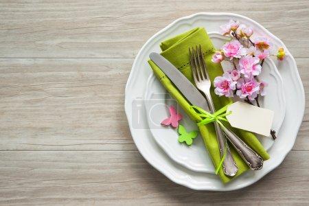 Foto de Ajuste de la tabla de Pascua con flores de primavera y cubiertos. Fondo de vacaciones - Imagen libre de derechos