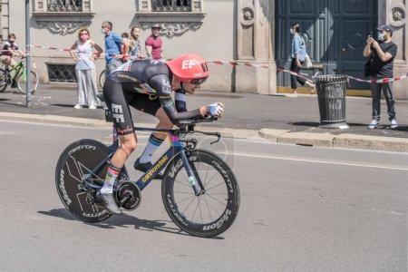 Photo pour MILAN, ITALIE - 30 MAI : dernière étape du Giro 2021, Simon Carr concurrent de EF Education - Nippo Team à grande vitesse lors du contre-la-montre individuel dans les rues de la ville, tourné le 30 mai 2021 Milan, Italie - image libre de droit