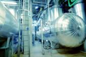 Průmyslová zóna, ocelové potrubí, ventily a kabely