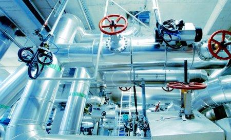 Photo pour Équipements, câbles et tuyauteries se trouvant à l'intérieur d'une centrale industrielle moderne - image libre de droit