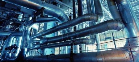 Photo pour Équipement, câbles et tuyauteries se trouvant à l'intérieur d'une centrale industrielle - image libre de droit
