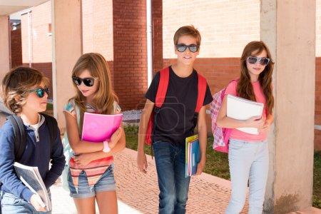 Photo pour Groupe de petits enfants marchant sur le campus de l'école - image libre de droit