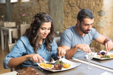Photo pour Couple déjeuner au restaurant gastronomique rustique - image libre de droit