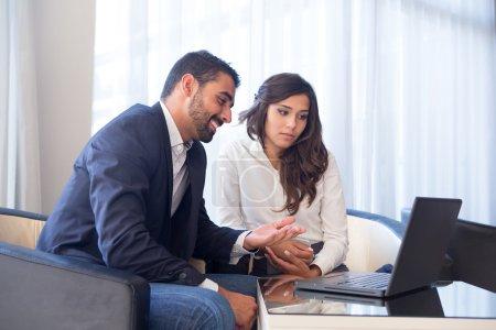 Photo pour Réunion de couples d'affaires jeunes avec des dispositifs de technologie - image libre de droit