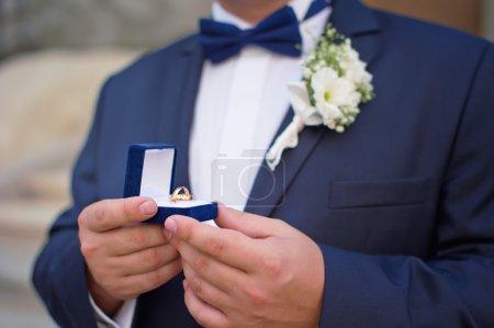 Homme avec anneaux de mariage