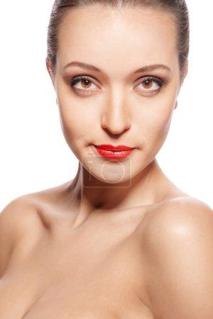 Photo pour Gros plan portrait du visage de pureté de la belle femme avec maquillage des lèvres rouge vif. Modèle mignon avec peau brillante propre isolé sur blanc - image libre de droit