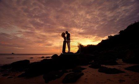 Photo pour Silhouette romantique d'un couple amoureux en lune de miel - image libre de droit