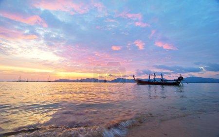 Photo pour Colorfull magnifique lever du soleil dans l'île de Phuket en Thaïlande avec bateau longue queue - image libre de droit