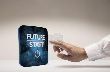 Photo pour Doigt sur le point d'appuyer sur l'écran moderne avec le texte futur commencer, fond beige. Image conceptuelle pour illustrer l'innovation ou la vision stratégique . - image libre de droit