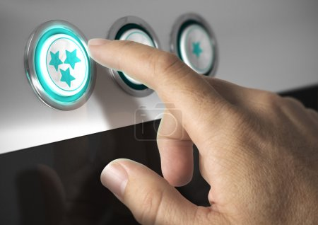 Photo pour Un doigt appuyant sur un bouton trois étoiles, concept d'image de notation ou d'excellente qualité. - image libre de droit