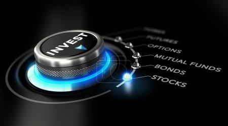 Photo pour Bouton de commutation positionné sur le mot stock, fond noir et lumière bleue. Image conceptuelle pour illustrer la stratégie d'investissement - image libre de droit