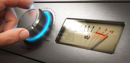 Photo pour Main en tournant le bouton de volume de l'amplificateur jusqu'à l'image Concept maximum, pour environnement bruyant ou de problèmes d'audition - image libre de droit
