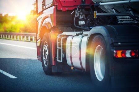 Photo pour Red Semi Truck Vitesse sur une autoroute. Tracteur Gros plan. Transport et logistique Thème . - image libre de droit