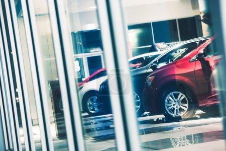 Photo pour Voiture concessionnaire lèche-vitrine. stock de concessionnaire de voitures. exposition Show-Room. - image libre de droit