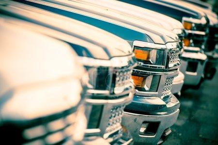 Photo pour Vendas de carro. negociante de carro carros linha estoque closeup. novos pickup carros para venda. - image libre de droit