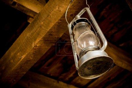 Photo pour Lampe à huile suspendue dans la grange en bois. Lanterne Vintage Gros plan . - image libre de droit
