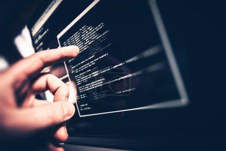 Photo pour Programmeur de travail. Programmeur affichant le problème de code à l'écran . - image libre de droit
