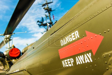Photo pour Danger Gardez à l'écart le site militaire. Avertissement sur le côté de l'avion militaire. Navire de guerre militaire . - image libre de droit