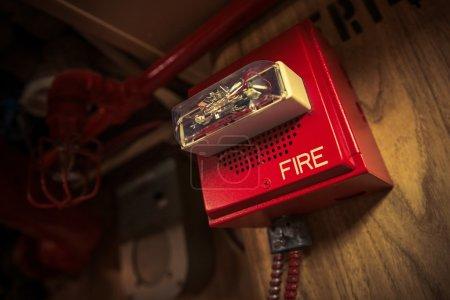 Photo pour Alarme incendie avec dispositif de sécurité stroboscopique connecté au système d'intervention incendie . - image libre de droit