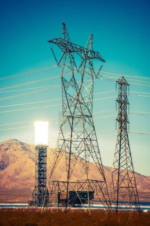 Foto de Central de Energía Solar Térmica e Infraestructura de Alto Voltaje. Tema de la industria energética. Planta Termosolar Concentrada en el Desierto de California Mojave, Estados Unidos. - Imagen libre de derechos