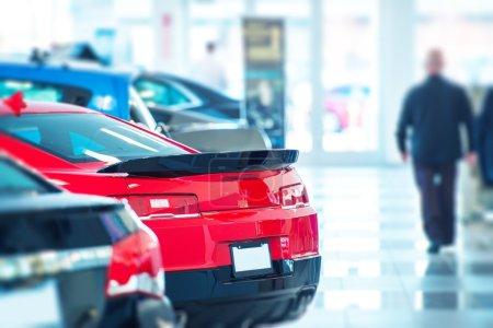 Photo pour Acheter une voiture neuve chez un concessionnaire local. voitures neuves à l'intérieur de l'exposition. concessionnaire de voitures américaines. - image libre de droit