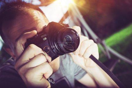Photo pour Photographe rétro. Photographe caucasien avec caméra analogique Vintage, prendre des photos. - image libre de droit