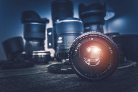Photo pour Objectif de l'appareil photo et équipement de photographie en arrière-plan. Photographie Concept Photo . - image libre de droit