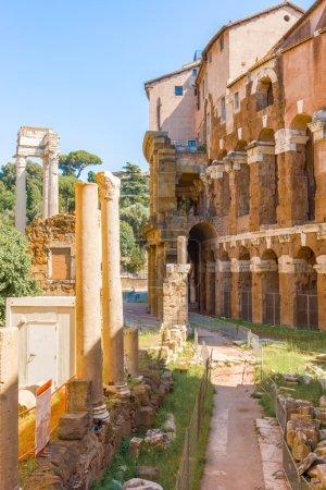 Photo pour Théâtre De Marcellus commencé par Jules César en 46BC et complété par Auguste qui en 22BC dédié à Marcus Claudius Marcellus - image libre de droit