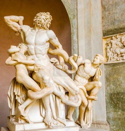 Photo pour La statue de Laocoon et de ses Fils, est une sculpture monumentale en marbre. Le Laocoon de Troie a été étranglé par des serpents de mer avec ses deux fils. - image libre de droit