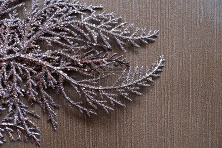 rama dorada marrón sobre un fondo marrón para Navidad en blanco, espacio de copia