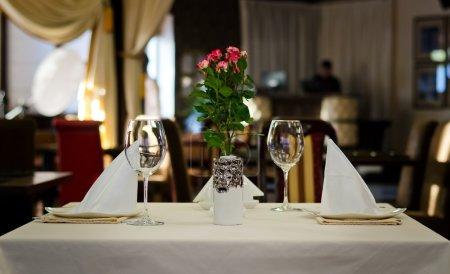 Photo pour Fermer Élégant décor de table design pour deux personnes dans un restaurant cher - image libre de droit