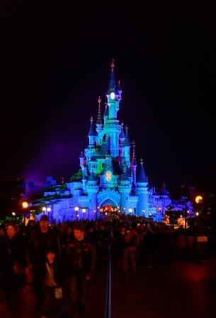 Photo pour France, Paris-1er novembre 2015 : Sleeping Beauty Castle, le symbole de Disneyland Paris dans la nuit avec vue sur la rue principale - image libre de droit
