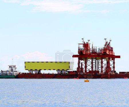 Photo pour Grand chantier au bord de la mer pour la construction d'un barrage massif - image libre de droit