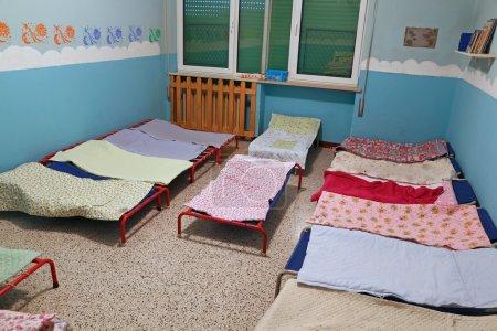 Photo pour Dortoir avec petits lits pour les enfants à l'école de la petite enfance - image libre de droit