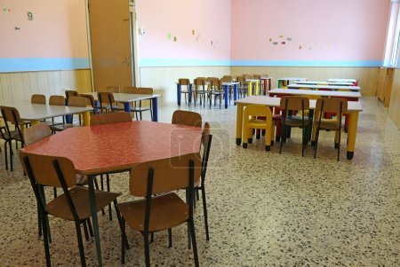 Foto de Colored chairs and small tables in the dining room of the nursery - Imagen libre de derechos