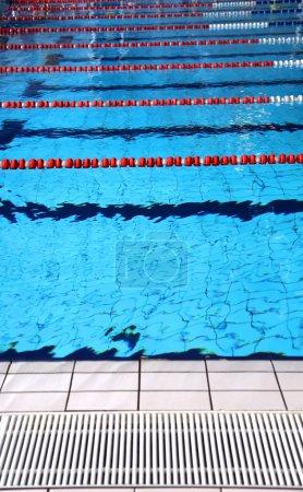 Photo pour Piscine intérieure avec eau bleue et voies de baignade - image libre de droit