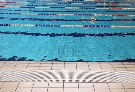 Photo pour Courses de natation dans la piscine olympique sans personnes - image libre de droit