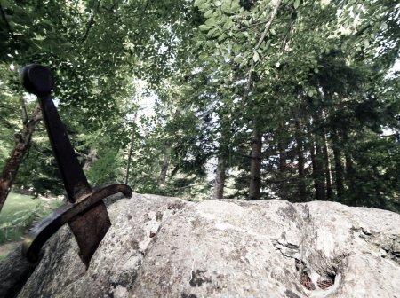 Photo pour Excalibur la fameuse épée dans la pierre du roi arthur dans la forêt - image libre de droit