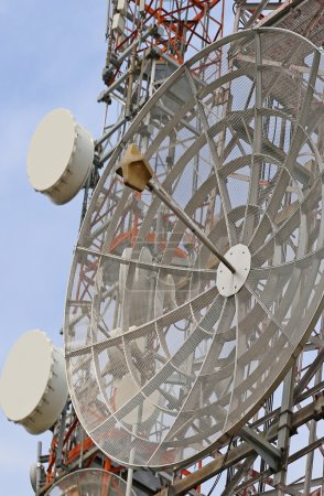 Photo pour Grandes antennes de télécommunications et répéteurs de signaux de télévision et de téléphone - image libre de droit