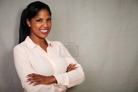 Photo pour Femme professionnelle en bouton bas chemise souriant avec les bras croisés - espace copie - image libre de droit