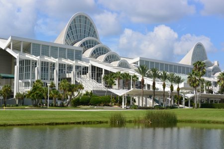 Photo pour Nuages flottant sur l'Orange County Florida Convention Center - image libre de droit