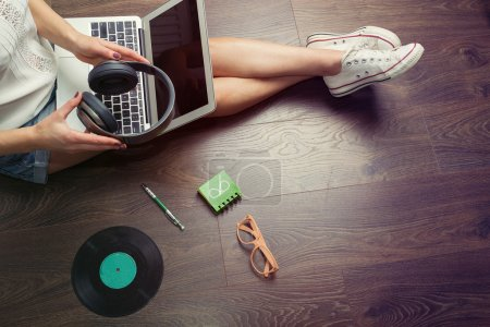 Photo pour Femme surfant sur le web à son ordinateur portable. Rétro tonique - image libre de droit