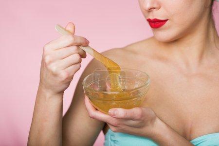 Photo pour Femme tenant sucre épilation pâte - image libre de droit