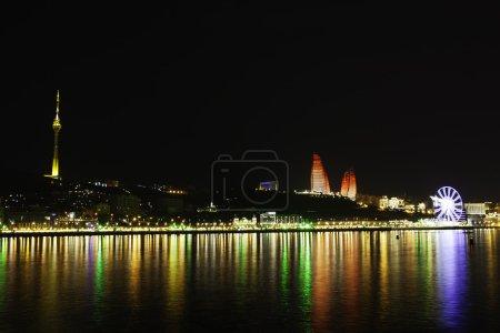 Photo pour Magnifique vue panoramique de Bakou depuis le parc des hautes terres en Azerbaïdjan - image libre de droit