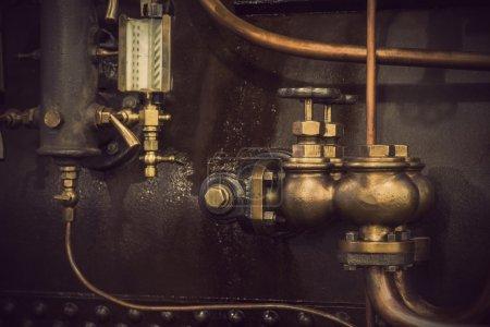 Photo pour Détail de machine vintage avec des tuyaux et vannes - image libre de droit
